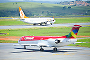 Confins_MG, Brasil...Avioes na pista do Aeroporto Internacional Tancredo Neves em Confins, Minas Gerais...Airplanes at the Tancredo Neves International Airport´s runway in Confins, Minas Gerais...Foto: LEO DRUMOND / NITRO