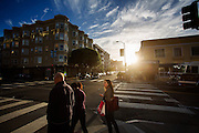 Voetgangers lopen in de avond op Polk Street. De Amerikaanse stad San Francisco aan de westkust is een van de grootste steden in Amerika en kenmerkt zich door de steile heuvels in de stad.<br /> <br /> Pedestrians in the evening at Polk Street. The US city of San Francisco on the west coast is one of the largest cities in America and is characterized by the steep hills in the city.