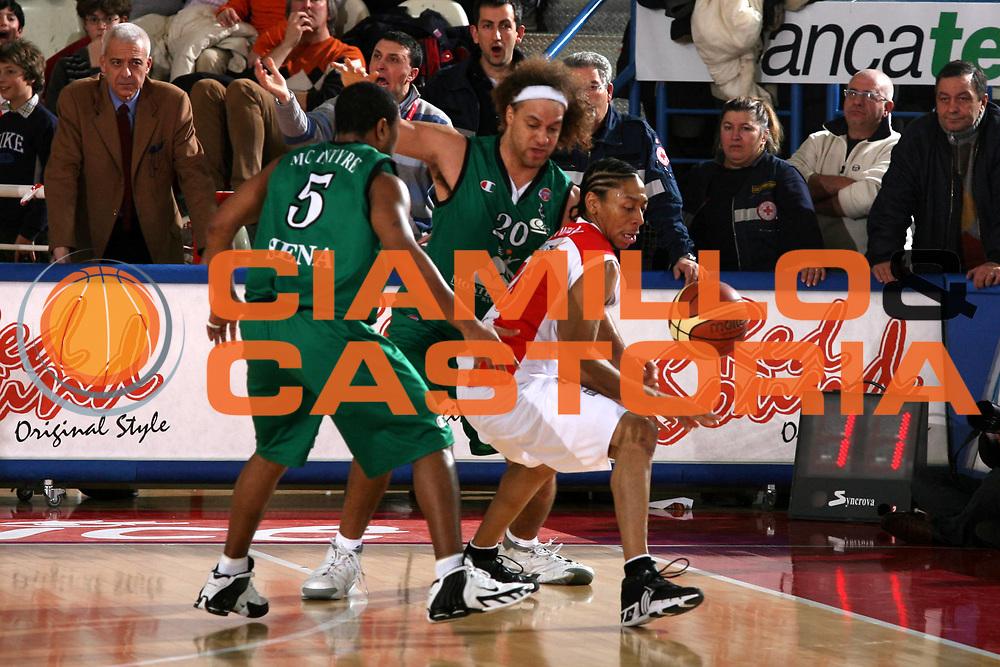 DESCRIZIONE : Teramo Lega A1 2006-07 Siviglia Wear Teramo Montepaschi Siena <br /> GIOCATORE : Grundy <br /> SQUADRA : Siviglia Wear Teramo <br /> EVENTO : Campionato Lega A1 2006-2007 <br /> GARA : Siviglia Wear Teramo Montepaschi Siena <br /> DATA : 18/02/2007 <br /> CATEGORIA : Curiosita <br /> SPORT : Pallacanestro <br /> AUTORE : Agenzia Ciamillo-Castoria/G.Ciamillo