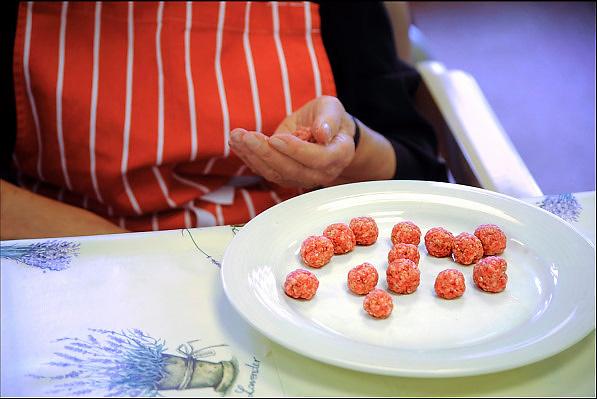 Nederland, Boxmeer,1-10-2013 Een oudere vrouw in een verzorgingshuis draait balletjes vlees, gehakt, voor in de soep die ze als activiteit gaat maken.Foto: Flip Franssen/Hollandse Hoogte