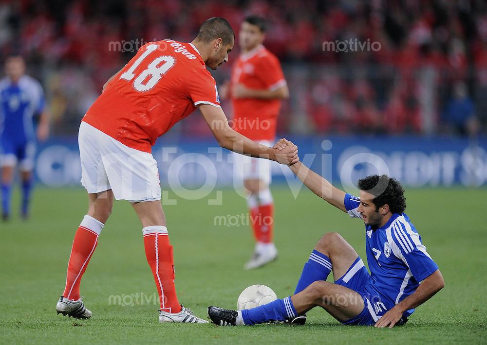 Fussball International   WM  2010  Qualifikation  Gruppe 2    14.10.2009 Schweiz - Israel Fair Play; Eren Derdiyok (li, SUI) hild Klemi Saban  (ISR) auf