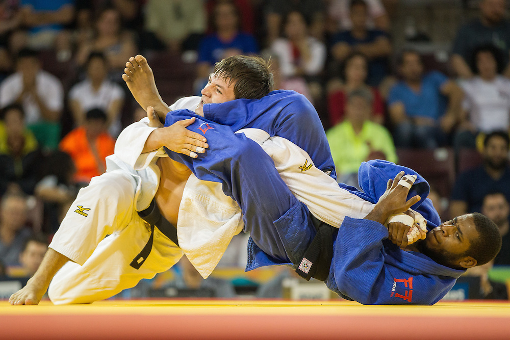Carlos Tondique (R) of Cuba grapples with Jesus Gavidia of Peru during their 1/8 final contest in the 66kg class at the 2015 Pan American Games in Toronto, Canada, July 12,  2015.  AFP PHOTO/GEOFF ROBINS
