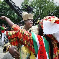 Nederland, Amsterdam , 1 juli 2013.<br /> Afschaffing Slavernij Herdenking in het Oosterpark.<br /> Na afloop van de herdenking zorgt het jaarlijkse Keti Koti festival voor een vrolijkere sfeer. Keti Koti betekent 'Verbroken Ketenen' in het Surinaams, en symboliseert de afschaffing van de slavernij. Het Keti Koti Festival viert jaarlijks vrijheid, gelijkheid en verbondenheid met een kleurrijke explosie van vreugde in het Oosterpark. Op vier podia zijn multiculturele muziek- en dansoptredens en in het hele park kan men genieten van traditioneel eten en drinken, lezingen, films, een Caribische markt en kunst.<br /> Op de foto: winti- priesteres Marian Markelo wordt begroet en vereerd door Surinaamse dames.<br /> <br /> <br /> <br /> Foto:Jean-Pierre Jans