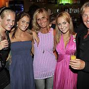 NLD/Amsterdam/20080909 - 18de Verjaardag Melody Klaver, Melody met haar vader Laurens en moeder samen met zusjes kimberly en Stephanie