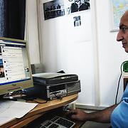 Angelo regarde la page de Facebook que la Procuration de Siracusa lui a permis d'ouvrir, dédiée à la recherche des familiers des victimes du naufrage d'Aout 2014.