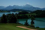 Vue sur la Gruyère et son lac artificiel depuis Pont-la-Ville. Blick ins Greyerz von Pont-la-Ville. Normalerweise ist diese Aussicht den gutbetuchten Gästen des Golfclubs vorbehalten.