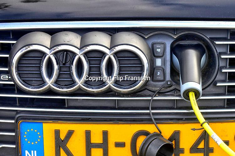 Nederland, Wijchen, 5-2-2017De eigenaar van een elektrisch aangedreven auto, een audi, laadt zijn voertuig op aan een laadpaalFOTO: FLIP FRANSSEN