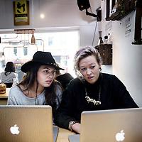Nederland, Amsterdam , 24 februari 2014.<br /> Ontspannen en werken tegelijkertijd in lunch, ontmoetings en flexplek zaken zoals hier in de Hutspot in de van Woustraat<br /> Foto:Jean-Pierre Jans