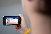 Met een SMS wordt een fictieve vermissing met behulp van Ambert Alert gemeld. Via beeldschermen in winkelcentra, buurthuizen etc wordt melding gemaakt van het Amber Alert. De dienst is opgezet om de politie te helpen bij het opsporen van vermiste kinderen en wordt alleen in de hoognodige gevallen gebruikt..FICTIEVE MELDING<br /> <br /> An Amber Alert on a mobile phone. Fictive alarm!