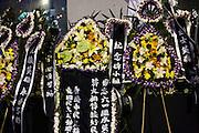 Des couronnes fun&eacute;raires d&eacute;di&eacute;es aux victimes du massacre de Tiananmen , d&eacute;pos&eacute;es lors de la grande veill&eacute;e annuelle du 4 juin . Ici en 2010 au parc Victoria.<br /> <br /> ***************************<br /> Funeral flowers in memory of chinese protesters killed in the crackdown of 1989 June 4th, displayed near a statue of the Goddess of Democracy during the vigil ceremony in Hong Kong, 2010.