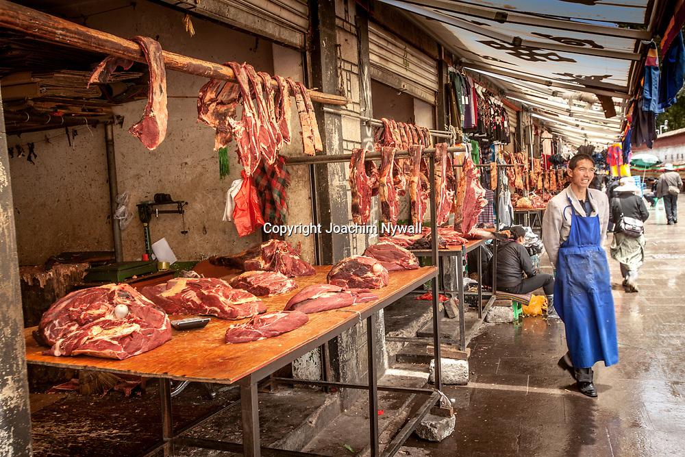 Lhasa 2011 Tibet<br /> K&ouml;ttmarknaden i Lhasa<br /> Jak k&ouml;tt<br /> <br /> ----<br /> FOTO : JOACHIM NYWALL KOD 0708840825_1<br /> COPYRIGHT JOACHIM NYWALL<br /> <br /> ***BETALBILD***<br /> Redovisas till <br /> NYWALL MEDIA AB<br /> Strandgatan 30<br /> 461 31 Trollh&auml;ttan<br /> Prislista enl BLF , om inget annat avtalas.