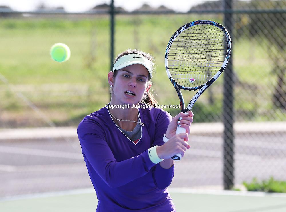 Tennis Profi Julia Goerges (GER) im Trainingslager,Algarve,Portugal,<br /> Julia schlaegt Rueckhand Volleys,Uebung,Training,Einzelbild,Ganzkoerper,Hochformat,