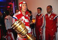 FUSSBALL  DFB POKAL FINALE  SAISON 2013/2014 Borussia Dortmund - FC Bayern Muenchen     17.05.2014 FC Bayern Bankett in der Telekom Zentrale;  Arjen Robben mit Pokal