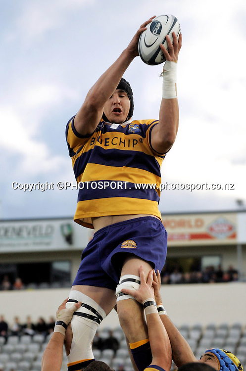 Bay lock Mark Sorenson secures the lineout ball during the Air NZ Cup rugby union match between the Bay of Plenty Steamers and Counties Manukau at Bluechip Stadium, Mt Maunganui, on Saturday 16 September 2006. Bay of Plenty won the match 38-11. Photo: PHOTOSPORT<br />