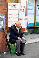 Roma 7 Novembre 2008.<br /> Un uomo chiede l'elemosina in Via Bissolati. <br /> Rome, November 7, 2008<br /> A man begging in Via Bissolati.