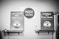 MARANO DI NAPOLI (NA) - 10 SETTEMBRE 2018: Striscio e manifesti politici della Lega nella sede di Marano di Napoli, il 10 settembre 2018.