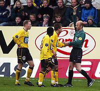 Fotball, 21. april 2002. Tippeligaen, Sogndal v  Start. Fosshaugane. Dommer Kjell Alseth.