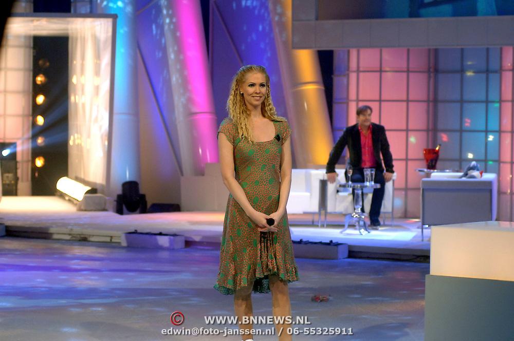 NLD/Hilversum/20070310 - 9e Live uitzending SBS Sterrendansen op het IJs 2007 de Uitslag, Nance Coolen, presentatrice
