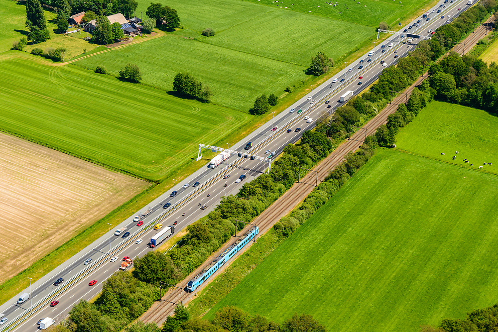 Nederland, Gelderland, Amersfoort, 29-05-2019; A1 ter hoogte van Hoevelaken, met tsporlijn Amersfoort- Apeldoorn<br /> Motorway A1, near Hoevelaken junction, near Amersfoort<br /> <br /> aerial photo (additional fee required); luchtfoto (toeslag op standard tarieven); copyright foto/photo Siebe Swart