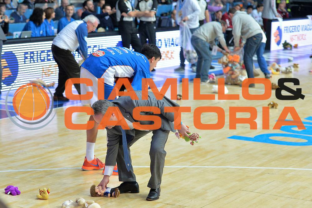 DESCRIZIONE : Cant&ugrave; Lega A 2014-15 Acqua Vitasnella Cant&ugrave; vs  Umana Reyer Venezia<br /> GIOCATORE : Acqua Vitasnella Cant&ugrave;<br /> CATEGORIA : Lancio orsetti beneficenza<br /> SQUADRA : Acqua Vitasnella Cant&ugrave;<br /> EVENTO : Campionato Lega A 2014-2015<br /> GARA : Acqua Vitasnella Cant&ugrave; vs Umana Reyer Venezia<br /> DATA : 21/12/2014<br /> SPORT : Pallacanestro <br /> AUTORE : Agenzia Ciamillo-Castoria/I.Mancini<br /> Galleria : Lega Basket A 2014-2015 <br /> Fotonotizia : Cant&ugrave; Lega A 2014-15 Acqua Vitasnella Cant&ugrave; vs Umana Reyer Venezia<br /> Predefinita :