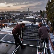 Nederland, Utrecht, 30-10-2014 Installatie zonnepanelen.Foto: GerardTil
