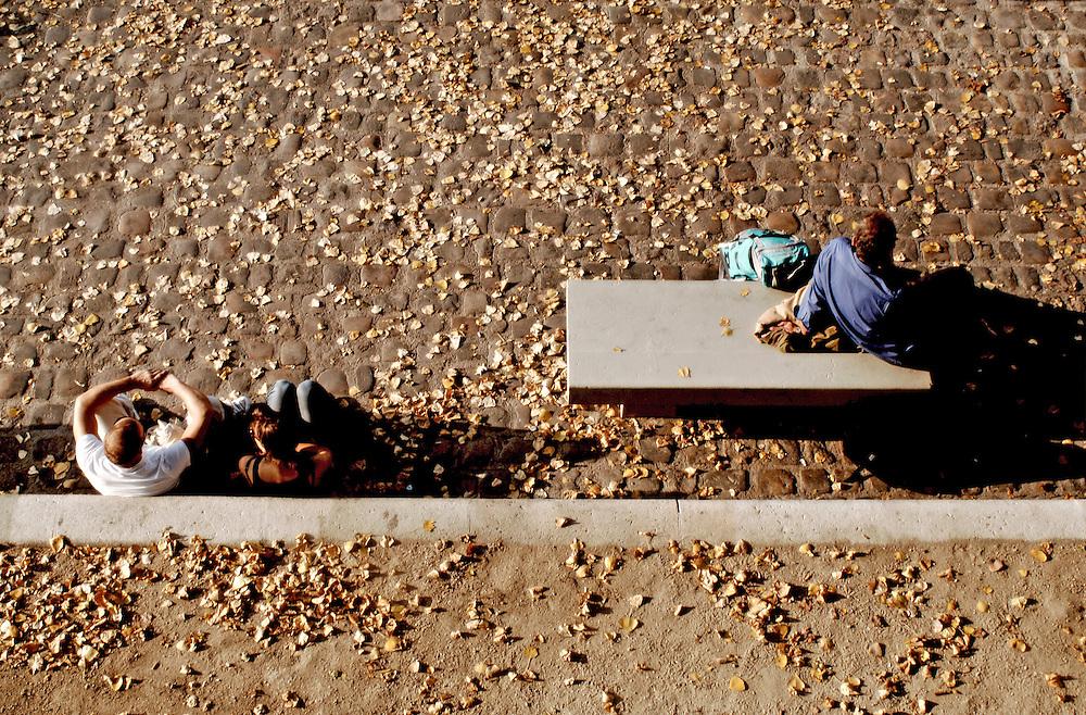 Promeneurs sur le Quai de Bourbon à l'Ile-Saint-Louis, Paris, Paris-Ile-de-France, France.<br /> Tourists resting on the Quai de Bourbon in Ile-Saint-Louis, Paris, Paris-Ile-de-France region, France.