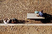 Promeneurs sur le Quai de Bourbon &agrave; l'Ile-Saint-Louis, Paris, Paris-Ile-de-France, France.<br /> Tourists resting on the Quai de Bourbon in Ile-Saint-Louis, Paris, Paris-Ile-de-France region, France.
