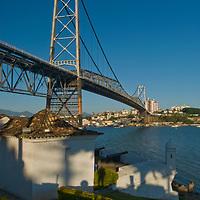 Forte Santana em primeiro plano, e ao fundo a Ponte Hercilio Luz, Florianopolis, Santa Catarina, Brasil. Foto de Ze Paiva, Vista Imagens
