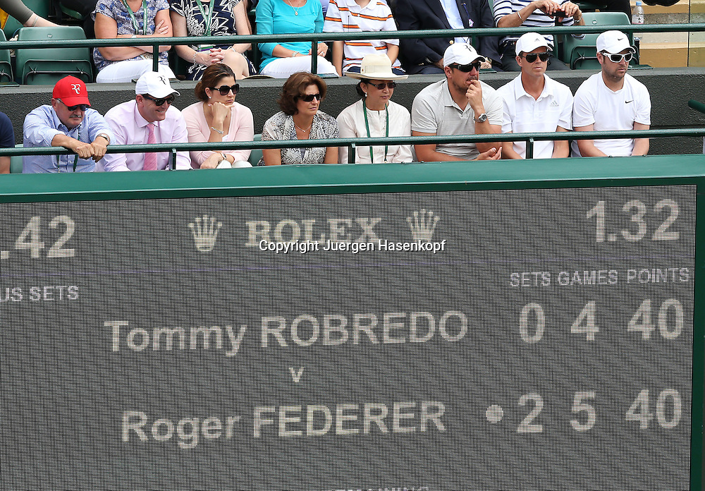 Wimbledon Championships 2014, AELTC,London,<br /> ITF Grand Slam Tennis Tournament,<br /> Roger Federer Team mit Vater,Mutter,Ehefrau Mirka und Trainer Stefan Edberg in der Spielerloge ueber der Anzeigetafel,Halbkoerper,Querformat,
