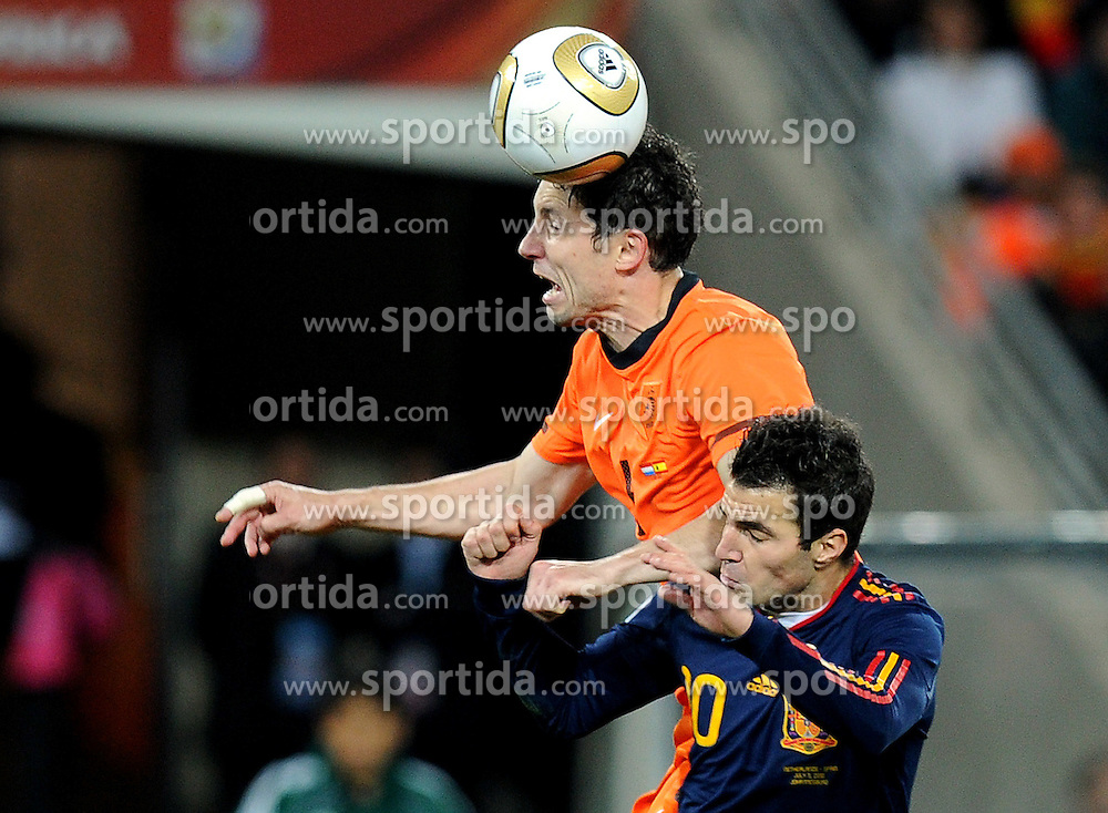 11.07.2010, Soccer-City-Stadion, Johannesburg, RSA, FIFA WM 2010, Finale, Niederlande (NED) vs Spanien (ESP) im Bild Mark Van Bommel (Holland) vs Cesc Fabregas (Spanien), EXPA Pictures © 2010, PhotoCredit: EXPA/ InsideFoto/ Perottino *** ATTENTION *** FOR AUSTRIA AND SLOVENIA USE ONLY! / SPORTIDA PHOTO AGENCY