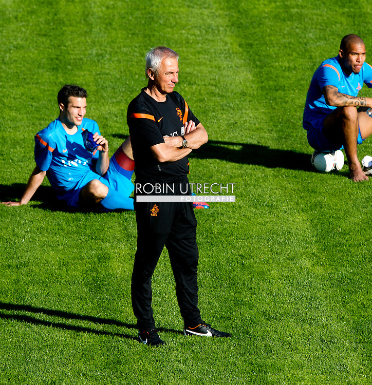 Dutch international football player Robin van Persie (l) and Coach Bert van Marwijk and Nigel de Jong  during the training for the trainingcamp of the Netherlands national football team in Hoenderloo on May 28, 2012. AFP PHOTO/ ROBIN UTRECHT