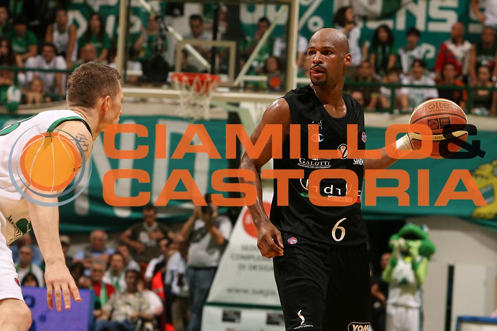 DESCRIZIONE : Siena Lega A1 2006-07 Playoff Finale Gara 3 Montepaschi Siena VidiVici Virtus Bologna <br /> GIOCATORE : Travis Best<br /> SQUADRA : VidiVici Virtus Bologna <br /> EVENTO : Campionato Lega A1 2006-2007 Playoff Finale Gara 3<br /> GARA : Montepaschi Siena VidiVici Virtus Bologna <br /> DATA : 17/06/2007 <br /> CATEGORIA : Palleggio<br /> SPORT : Pallacanestro <br /> AUTORE : Agenzia Ciamillo-Castoria/E.Castoria