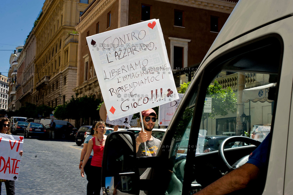 Roma 12 Giugno 2013<br /> Il Gioco &egrave; una cosa seria!<br /> Manifestazione contro il gioco d' azzardo presso la sede di Assotrattenimento Gioco Lecito, aderente alla Confindustria in via Barberini, degli attivisti dell' ex Cinema Palazzo. La protesta &egrave; per la denuncia che Assotrattenimento Gioco Lecito, ha presentato contro SenzaSlot un associazione impegnata contro il proliferare del gioco d'azzardo e delle slot machine nei bar. I manifestanti bloccano la strada
