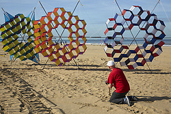 September 29, 2018 - The Hague, Netherlands - A participant holds their kites to the ground for later use during the exhibition. The Hague, Netherlands. September 30, 2018  (Credit Image: © Nacho Calonge/NurPhoto/ZUMA Press)