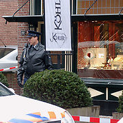 Overval juwelier Köhler Brink Laren, raam kapot geslagen met mokers