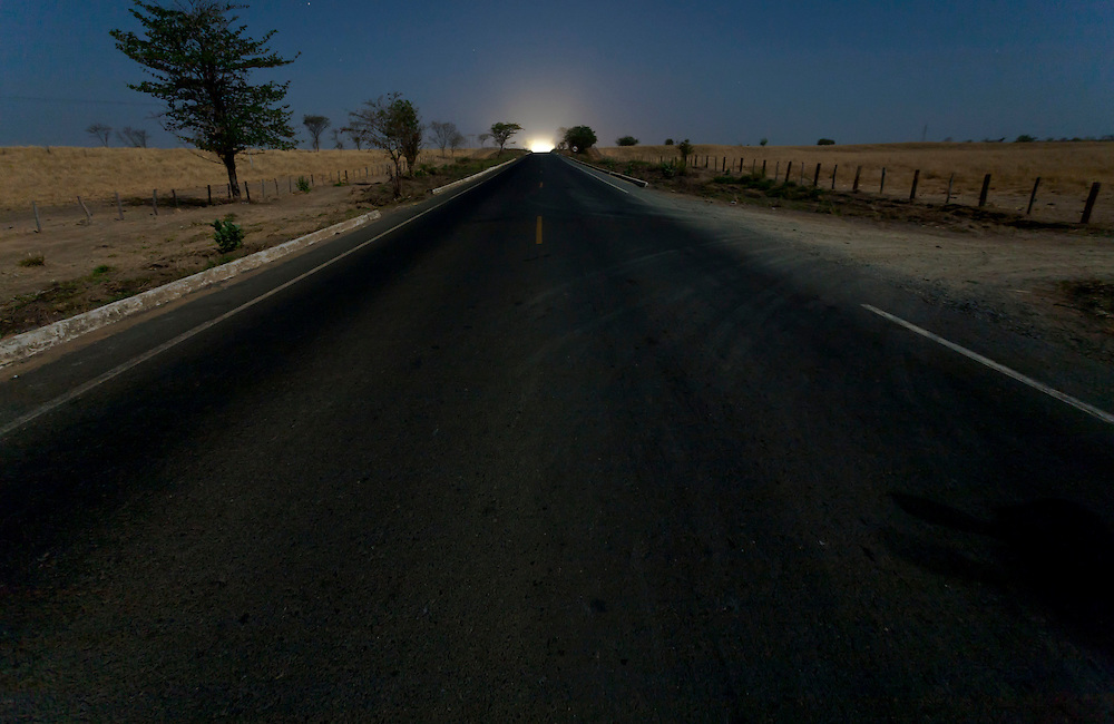 Jaiba_MG, Brazil.<br /> <br /> Estrada na saida do municipio de Jaiba, Minas Gerais.<br /> <br /> The highway in Jaiba, Minas Gerais.<br /> <br /> Foto: LEO DRUMOND / NITRO
