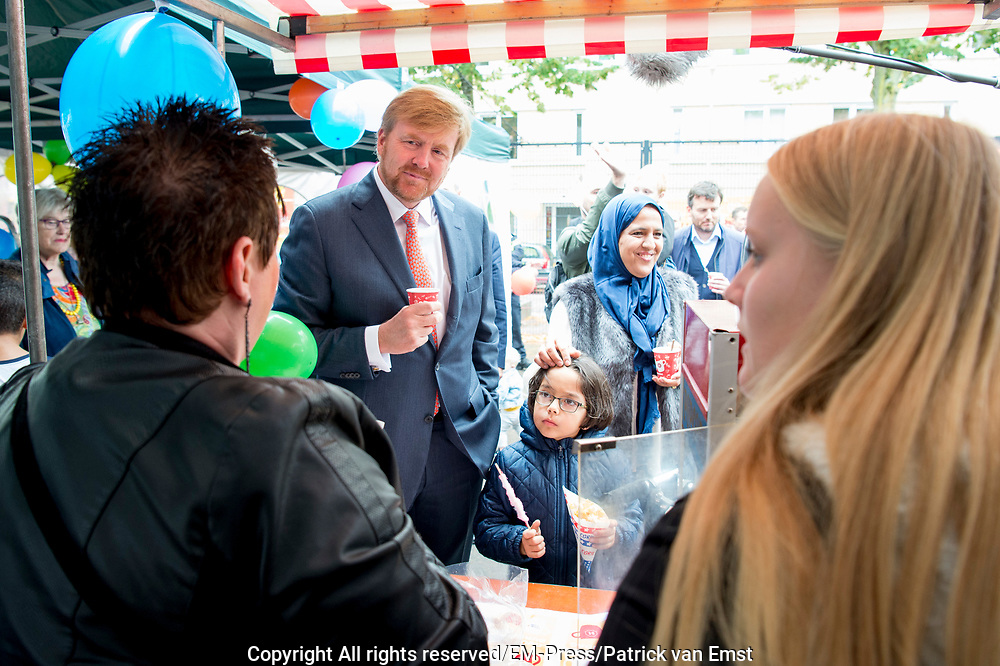 Koning Willem-Alexander bezoekt Burendag in de Geuzenwijk,Utrecht, waar een Burendag is georganiseerd voor alle buurtbewoners. De Koning ging met de initiatiefnemer en met bewoners in gesprek over hun wijk en de betekenis van Burendag voor hun wijk. <br /> <br /> King Willem-Alexander visits Burendag in Geuzenwijk, Utrecht, where a Burendag is organized for all local residents. De Koning spoke with the initiator and residents about their neighborhood and the significance of Burendag for their neighborhood.