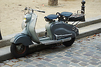 Classic old grey two seated motor scooter in the streets of Paris, France.Klassischer alter 2-sitziger Motorroller in den Strassen von Paris, Frankreich