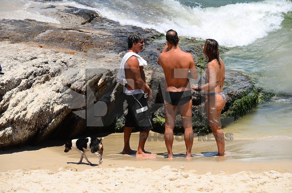 RIO DE JANEIRO, RJ, 10.02.2014 - CLIMA TEMPO / PRAIA / IPANEMA / RJ- Movimentação de banhistas com cachorro na praia de Ipanema, com muito sol, calor e água do mar gelada e comprevisão de durante a semana com dias quentes, na manhã desta segunda-feira (10), em Ipanema na zona sul da cidade do Rio de Janeiro, na  desta . (Foto: Marcelo Fonseca / Brazil Photo Press).