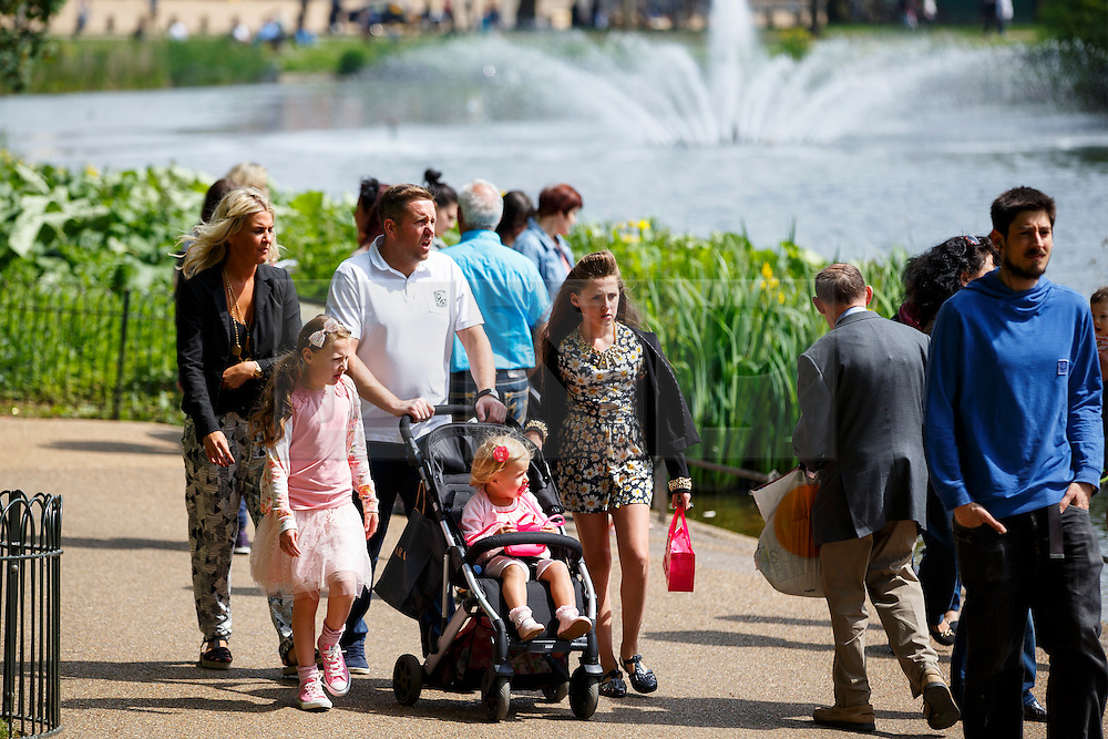 © licensed to London News Pictures. London, UK 05/05/2014. A family enjoying the sunshine and bank holiday in St James's Park in central London on Monday, May 5, 2014. Photo credit: Tolga Akmen/LNP
