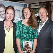 NLD/Hilversum/20160524 -  Eerste exemplaar van De Poepdokter word uitgereikt aan Edwin Rutten, Nienke Tode-Gottenbos en Edwin Rutten