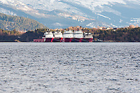 Far Searcher (t.v.), Far Serenade, Far Service (skjult), Far Server (skjult), Far Statesman (foran t.v.), Far Sigma og Far Sovereign fra Farstad Shipping ligger i opplag i Ålesund under oljekrisen 2016.<br />
