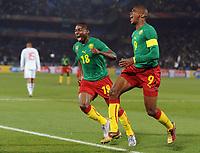 Fotball<br /> VM 2010<br /> Danmark v Kamerun<br /> 19.06.2010<br /> Foto: Witters/Digitalsport<br /> NORWAY ONLY<br /> <br /> Jubel 1:0 v.l. Eyong Enoh, Torschuetze Samuel Eto'o (Etoo, Kamerun)<br /> Fussball WM 2010 in Suedafrika, Vorrunde, Kamerun - Daenemark
