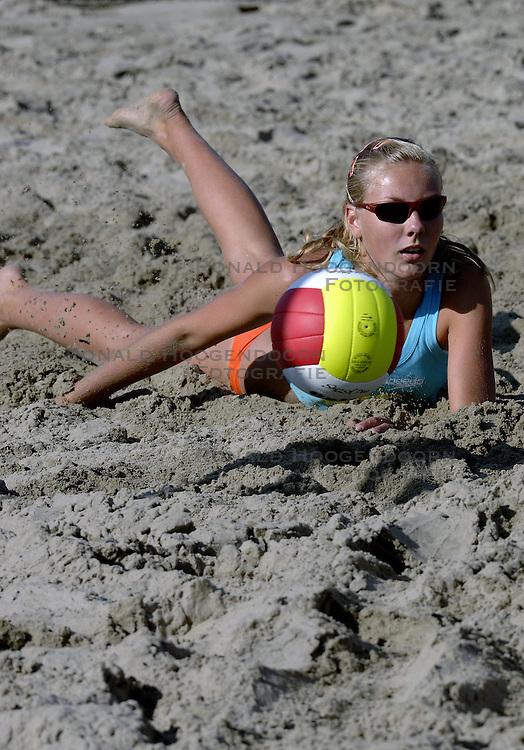 19-08-2006 VOLLEYBAL: NK BEACHVOLLEYBAL: SCHEVENINGEN<br /> Laura Dijkema<br /> &copy;2006-WWW.FOTOHOOGENDOORN.NL