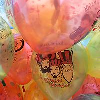 TOLUCA, México.- Globos de diversos colores cubren las principales calles y plazas de la ciudad, figuras de los Reyes Magos, caricaturas, luchadores  son los que más compran los niños quienes las utilizaran para enviar su cartita a los Reyes Magos. Agencia MVT / Crisanta Espinosa. (DIGITAL)