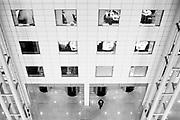 Een visualisatie van een (werk)omgeving gekenmerkt door routine en automatisme.<br /> <br /> Bureaucratische processen, trage computers, politieke besluiten, eindeloze vergaderingen, onzinnige bila's. Een korte opsomming van wat zich afspeelt in Het Systeem dat gekenmerkt wordt door een verlammende routine en automatisme.<br /> <br /> Creatie van structuur<br /> <br /> Het Systeem kan refereren aan computersystemen, maar kan ook betrekking hebben op organisatorische processen. Systemen ontstaan op natuurlijke wijze, onze kosmos bestaat uit systemen, het leven in het geheel. Ook mensen cre&euml;ren structuur en systemen om orde te scheppen in chaos en om processen te vereenvoudigen.&nbsp;<br /> <br /> Bureaucratie<br /> <br /> Systemen zijn een noodzaak voor vooruitgang. Tegelijkertijd kan een systeem tegenwerken. Trage bureaucratische processen binnen grote organisaties bijvoorbeeld door complexe computersystemen, trage beveiligingsprocedures, maar ook politieke belangen. Versleten machines, oude methodes en onnodige procedures; factoren die Het Systeem in de kaart spelen.<br /> <br /> Mensen vs systemen<br /> <br /> Binnen Het Systeem heerst een verlammende routine. Mensen werken met systemen en in systemen. Werknemers hebben te maken met een bedrijfscultuur, regels en richtlijnen en dienen te handelen binnen dat systeem.&nbsp;Daarnaast werkt men dagelijks met systemen, digitaal en fysiek. Veel op de automatische piloot en op routine. Kenmerkend is desinteresse en onverschilligheid wanneer Het Systeem langzaam grip krijgt in een onzichtbare wereld.
