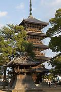 En fem våningar hög pagoda vid tempel nummer 75 Zentsū-ji som är Kōbō Daishis födelseplats. <br /> <br /> Pilgrimsvandring till 88 tempel på japanska ön Shikoku till minne av den japanske munken Kūkai (Kōbō Daishi). <br /> <br /> Fotograf: Christina Sjögren<br /> Copyright 2018, All Rights Reserved<br /> <br /> <br /> Temple number 75. The birthplace of Kobo Daishi and the largest temple complex in Shikoku with seven shrines and a pagoda. <br /> <br /> Photographer: Christina Sjögren<br /> Copyright 2018, All Rights Reserved
