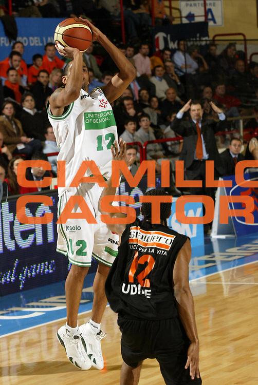 DESCRIZIONE : Forli Lega A1 2005-06 Coppa Italia Final Eight Tim Cup Benetton Treviso Snaidero Udine <br /> GIOCATORE : Nicholas <br /> SQUADRA : Benetton Treviso  <br /> EVENTO : Campionato Lega A1 2005-2006 Coppa Italia Final Eight Tim Cup Quarti Finale <br /> GARA : Benetton Treviso Snaidero Udine <br /> DATA : 17/02/2006 <br /> CATEGORIA : Tiro <br /> SPORT : Pallacanestro <br /> AUTORE : Agenzia Ciamillo-Castoria/E.Pozzo