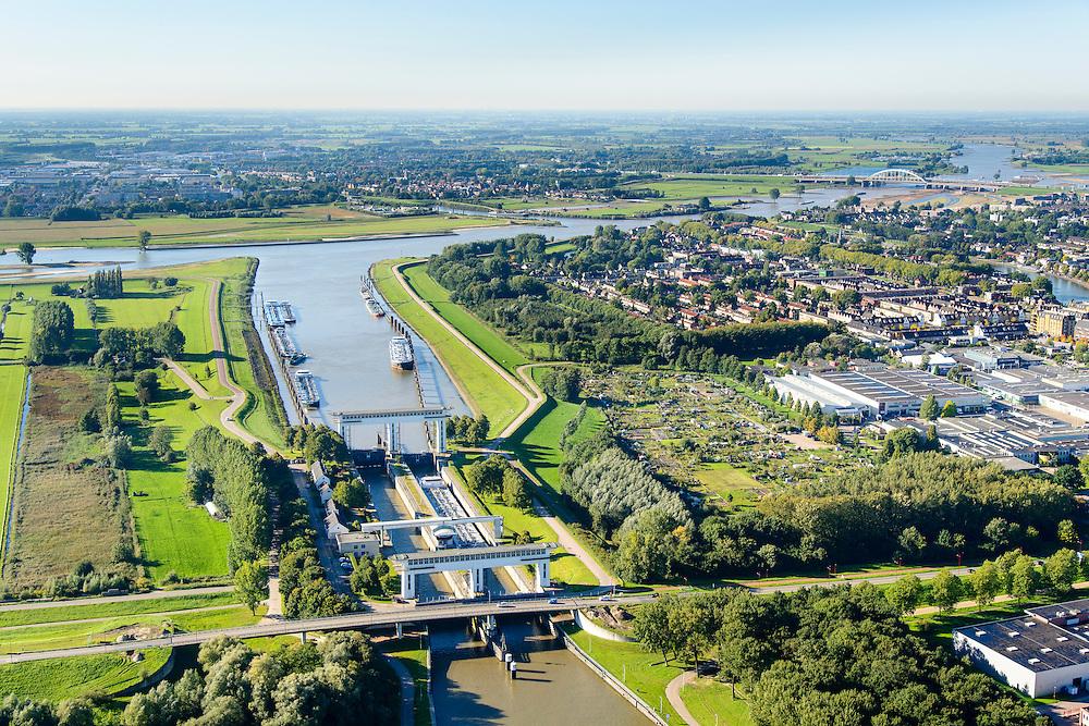 Nederland, Utrecht, Nieuwegein, 30-09-2015; Prinses Beatrixsluis, Lekkanaal. Rivier de Lek en Vianen in de achtergrond. De komende jaren zal het kanaal verbreed worden en krijgt de sluis een derde kolk.<br /> Princess Beatrix lock, Lekkanaal.<br /> luchtfoto (toeslag op standard tarieven);<br /> aerial photo (additional fee required);<br /> copyright foto/photo Siebe Swart