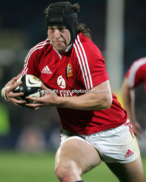 Lions No.8 Ryan Jones charges ahead during the Rugby Union match between the British and Irish Lions and Otago at Carisbrook, Dunedin, New Zealand on Saturday 18 June, 2005. The Lions won the match 30-19. NZ USE ONLY. Photo: Fotosport/PHOTOSPORT<br />
